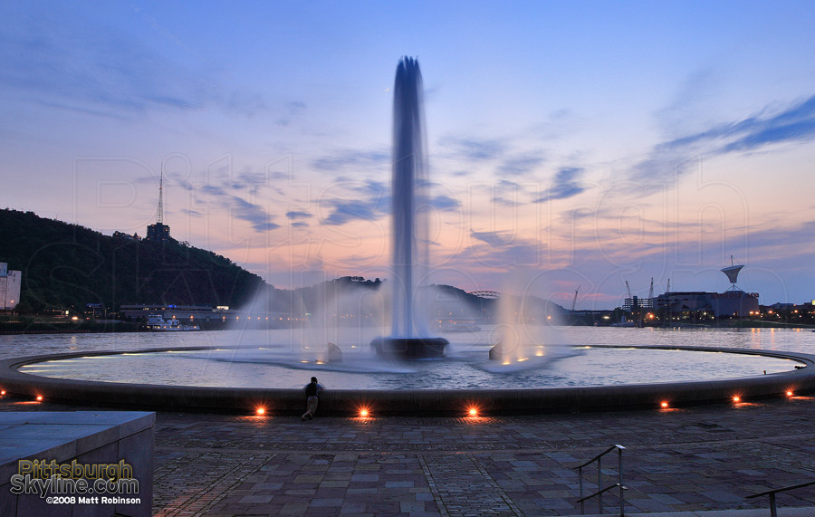Pittsburgh fountain at the point at dusk.